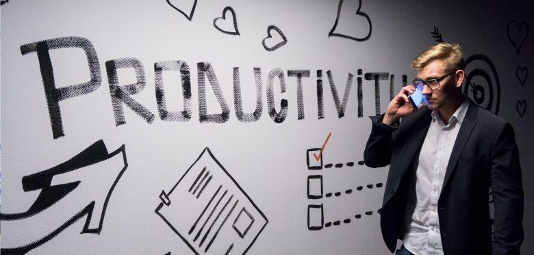 """Mann vor Schriftzug """"Productivity"""""""