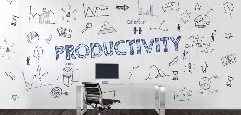 """Schreibtisch mit Computer, an der Wand der Schriftzug """"Productivity"""" © XtravaganT - stock.adobe.com"""