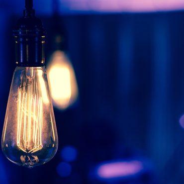 leuchtende Glühbirne © Kendall Ruth für unsplash